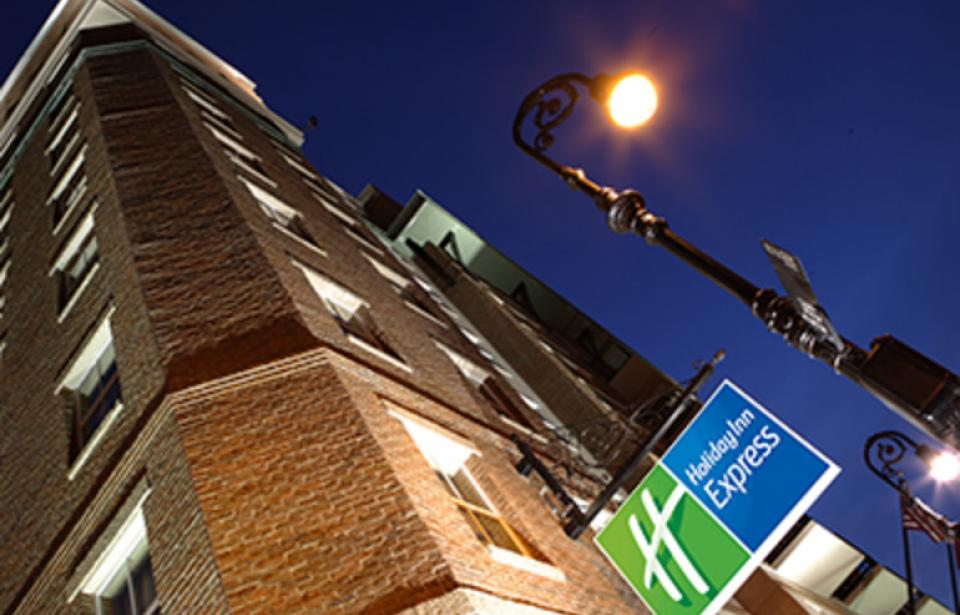 Hotel Exterior - Night view of the Holiday Inn Express Savannah - Historic District