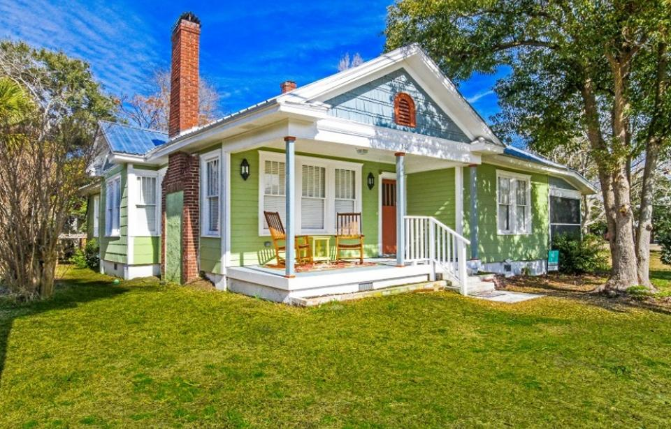 Flips Flop House - Renovated historic Tybee beach cottage! Two porches to relax and enjoy! One screened and one front porch with rockers Located in the quiet, Back River district of the island with Partial view of Back River & close to Alley 3 Kayak Launch area!