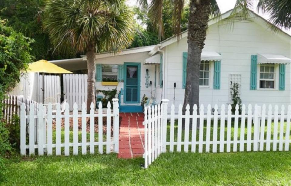 Sanford's Place Cottage circa 1930 - Recently completely redecorated! Original Tybee cottage from the 1930's renovated. Pet friendly, 2 blocks to downtown Tybee ( shopping, restaurants, fishing pier) Ideal for a small family, honeymooners, couples. Ground Level.