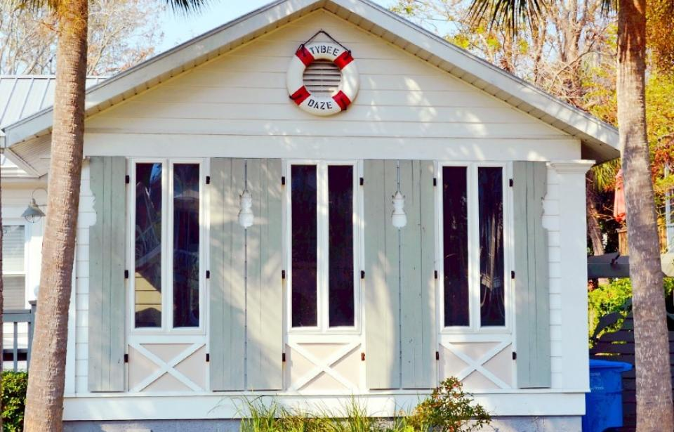 Tybee Daze Cottage circa 1958 - This 1950's vintage cottage is located on a quiet street only 5 blocks to the beach. Full of original art by the owner and located close to the Back River Beach, fishing pier and Alley 3 Kayak area.