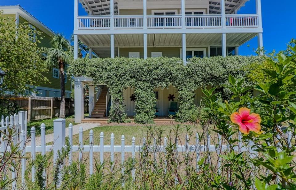 VITAMIN SEA - Beautiful raised Tybee cottage very near Alley 3 kayak launch! 4 bedrooms, 3 bathrooms, outdoor shower! Fully fenced yard! Sleeping porch!